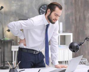 Un homme souffrant des maux de dos au travail